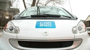 Une voiture Car2Go stationnée