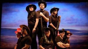 Wild West Show de Gabriel Dumont, les 7 et 8 juin, à La Bordée. En français,avec des passage sen anglais, métchif,cri, algonquin et lakota. On aperçoit huit cowboys.