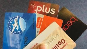 Des cartes de fidélité, comme celles d'Air Miles, d'Optimum, d'Aeroplan et du Choix du Président, tenues par une personne.