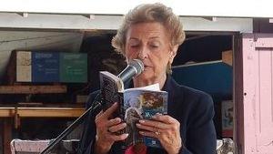 Cassie Deveaux Cohoon fait la lecture de son livre en public.