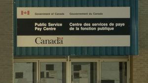 Un écriteau annonce l'entrée de l'immeuble.