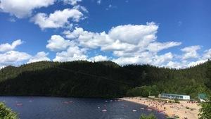 Le Centre de plein air du lac des Rapides vu du haut d'une montagne