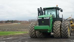 La quantité d'eau accumulée dans le sol empêche les producteurs d'utiliser leur machinerie pour travailler la terre.