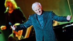 Charles Aznavour sur scène.