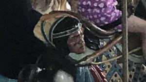 Un cheval de carrousel au parc d'attraction montréalais La Ronde, sur lequel on peut voir une tête d'autochtone accrochée à la selle.