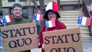 Deux manifestantes à Pointe-de-l'Église réclament le statu quo pour les circonscriptions acadiennes de la Nouvelle-Écosse.