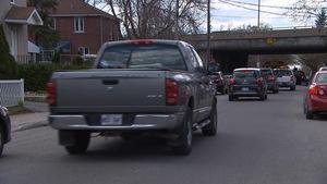 Circulation lourde dans une rue résidentielle de Montréal.