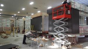 Des ouvriers de l'usine d'AMB Modulaire à Rivière-Rouge terminent la construction de 4 classes commandées par la Commission scolaire Marguerite-Bourgeoys et qui doivent être livrées et assemblées pour le premier mars prochain.