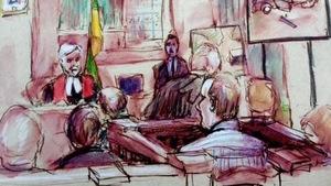 Un dessin du procès de Gerald Stanley montre un juge et des personnes assises dans un tribunal vues de dos