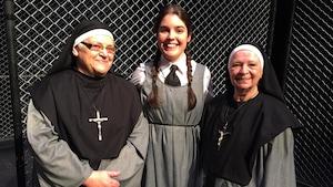 Elles sont alignées, en habillées en soeurs ou en élève à la façon des couvents du siècle dernier.