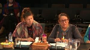 Les citoyennes Lise Dubé et  Angèle Petiquay, lors de leur témoignage à la commission d'enquête.