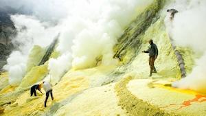 Des hommes travaillant dans une mine en Indonésie.