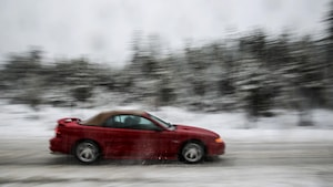 Une voiture roule dans un mélange de neige et de gadoue.