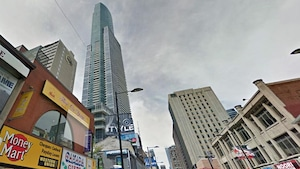 Une tour à condos au centre de Toronto