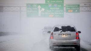 Une voiture circule sur une autoroute de Québec.