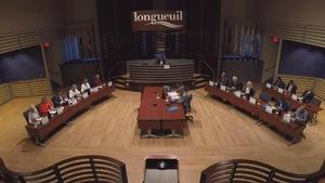 Vue d'ensemble de la salle du conseil municipal de Longueuil.