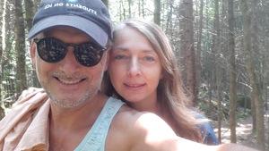 Un couple dans une forêt.