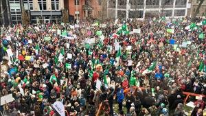 Vue en hauteur de centaines de personnes tenant des drapeaux franco-ontariens.