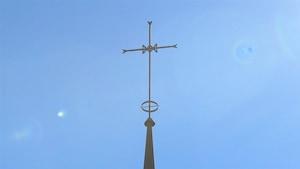 La croix catholique au sommet de l'église Marie-Immaculée de Sept-Îles.