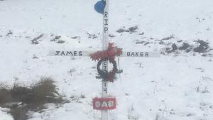 À Caraquet, près de la carrière dans laquelle l'opérateur de machinerie James Baker est mort, le 27 octobre 2014, se dresse une croix de bois à sa mémoire.