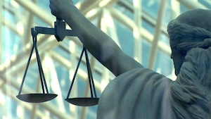 Une statue montre la balance de la justice.
