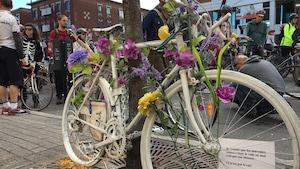 Les manifestants s'arrêtent à tous les vélos fantômes installés à Montréal, comme ici, coin Parc et Saint-Viateur.