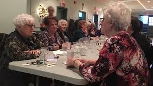 Des membres des Dames d'Acadie de Memramcook lors de leur souper mensuel.