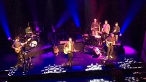 Simon Daniel sur scène chante et joue de la guitare.