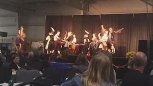Des gens dansent avec des habits autochtones