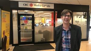 David Granger devant les bureaux de Radio-Canada Saskatoon.