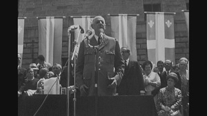 Charles de Gaulle sur une estrade