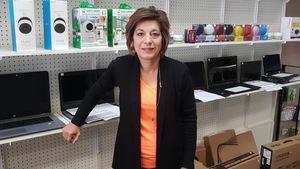 La propriétaire d'une boutique d'informatique de Nipawin, Debbie Chassal, dans son magasin.
