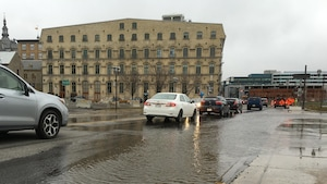 Le fleuve déborde dans le secteur de la rue Dalhousie, à Québec.