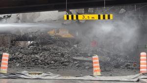 Le sol est couvert de débris et de poussières, lors du démantèlement d'une partie de l'autoroute 720 est.