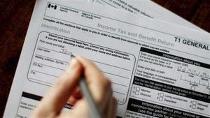 Une personne remplie une déclaration d'impôts