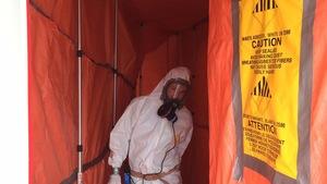 Un travailleur sur un chantier de désamiantage.