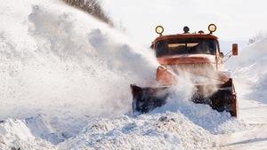 Un camion enlève la neige.