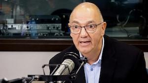 Denis Tassé au microphone de Radio-Canada