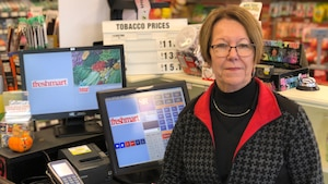 Denise Perron Beaupré derrière le comptoir de l'épicerie.