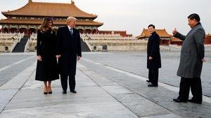 Donald Trump et sa femme Melanie devant le palais impérial de la Cité interdite. À droite, le président chinois Xi lève le pouce, en guise d'approbation.
