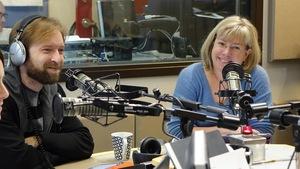 Un homme et une femme en entrevue dans une émission de radio à Radio-Canada.