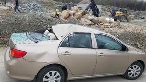 Une voiture a été endommagée par les roches.