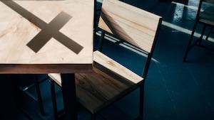 Une chaise et un pupitre de bois dans une classe
