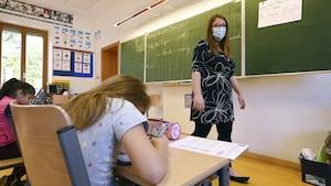 Une salle de classe avec des élèves.