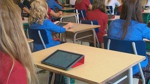 Tous les élèves de l'école secondaire Le Sommet à Québec doivent avoir un iPad pour la plupart des matières enseignées. Selon la récente directive ministérielle, les objets spécialisés et coûteux comme les tablettes électroniques doivent être accessibles gratuitement.