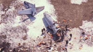 Photographie aérienne du site de l'écrasement. On aperçoit la queue de l'appareil et une partie du fuselage ainsi que de nombreux débris. Le sol est en partie recouvert d'une mince couche de neige.