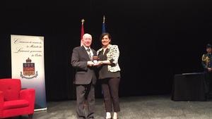Édith cloutier reçoit la médaille du mérite exceptionnelle du lieutenant gouverneur général du Québec J. Michel Doyon.