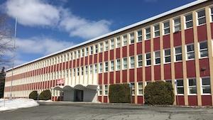 Un grand édifice rectangulaire de trois étages