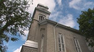 Vue extérieure d'une église dont il manque le haut du clocher.