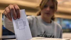Une élève de 6e année à l'École Gabrielle-Roy vote pour une simulation d'élection fédérales.